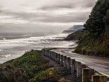 Curvas del camino a lo largo de la costa del océano fotografía de archivo libre de regalías