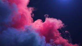 Curvas del humo coloreado aisladas en fondo negro