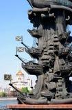 Curvas do navio. Monumento a Peter o grande (detalhe). Fotografia de Stock Royalty Free