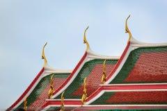 Curvas en el tejado del templo budista famoso Wat Arun con el cielo claro en el fondo imagenes de archivo