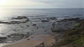 Curvas pedregosas en la playa Algarve, Portugal metrajes