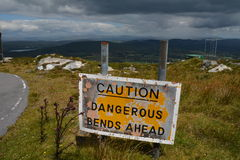 Curvas peligrosas de la precaución a continuación Imagenes de archivo