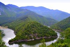 Curvas pintorescas del río de la montaña fotos de archivo