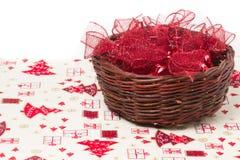 Curvas vermelhas do Natal na cesta de vime Imagem de Stock Royalty Free