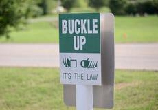 Curvatura acima do sinal de aviso do Seatbelt foto de stock