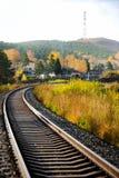 A curvatura da estrada de ferro Gire árvores amarelas imagens de stock royalty free