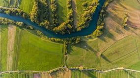 Curvatura del fiume circondata dai campi dalla vista dell'occhio del ` s dell'uccello immagine stock