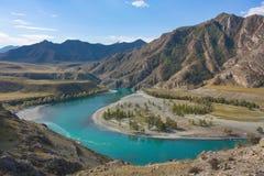 Curvatura del fiume contro lo sfondo delle montagne Immagini Stock