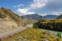 Curvatura del fiume della strada della montagna Fotografia Stock