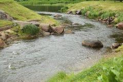 Curvatura do rio com pedregulhos imagem de stock royalty free