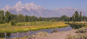 Curvatura e montanhas do rio imagens de stock royalty free
