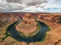 Curvatura em ferradura, o Arizona meandro entalhado Ferradura-dado forma do Rio Colorado, Estados Unidos fotos de stock