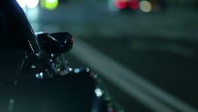 Curvatura exterior de la conducción de automóviles azul de Corbeta a través de la ciudad almacen de video