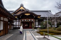 Curvatura giapponese del sacerdote immagini stock