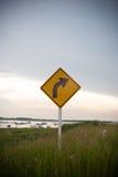 Curvatura per radrizzare i segnali stradali Immagine Stock