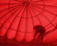 Curvatura vermelha da silhueta do balão de ar quente Fotografia de Stock Royalty Free