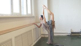 Curvaturas da bailarina para trás, estando em um pé que faz o esticão, pé de levantamento acima de alto vídeos de arquivo