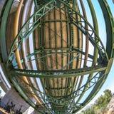 Curvaturas do fisheye da ponte do perto do oceano fotos de stock
