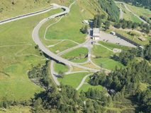 Curvaturas e interseções da montanha que criam formas bonitas Estrada à passagem de Gotthard, Suíça fotos de stock royalty free