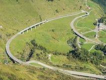 Curvaturas e interseções da montanha que criam formas bonitas Estrada à passagem de Gotthard, Suíça fotografia de stock royalty free