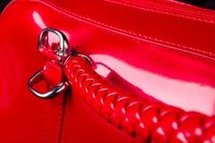 curvaturas, fechos, z?peres, bolsos, prendedores, encaixes e emendas na bolsa vermelha da laca fotografia de stock