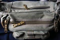 curvaturas, fechos, z?peres, bolsos, prendedores, encaixes e emendas na bolsa do tecido de algod?o grosseiro imagem de stock