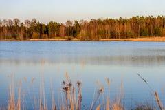 curvaturas no por do sol pelo lago foto de stock royalty free