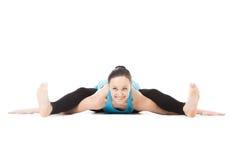 Curvature femminili degli Yogi in avanti nella posa della tartaruga di asana di yoga Fotografia Stock Libera da Diritti