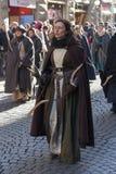 Curve a mulher no traje medieval na parada tradicional do festival medieval de Befana do esmagamento em Florença, Toscânia, Itáli imagem de stock royalty free