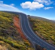 Curve pericolose verdi della strada di bobina della montagna Fotografie Stock