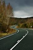 Curve stradali fra la natura e le montagne Immagini Stock Libere da Diritti