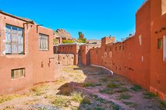 Ochre houses and rocky peaks of Karkas mountains, Abyaneh stock photography