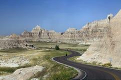 Curvey дорога через неплодородные почвы Южной Дакоты Стоковое Изображение RF