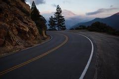 Curvey sceniczna przejażdżka wyjawia różowe i purpurowe góry Zdjęcie Royalty Free
