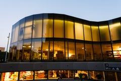 Curvi la costruzione di vetro del museo, Barcellona fotografie stock libere da diritti