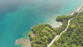 Curvi la strada di bobina lungo la costa delle Filippine Viste aeree stock footage