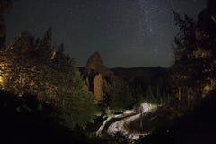 Curvy δρόμος ΦΑΡΑΓΓΙΏΝ BICAZ τη νύχτα Στοκ Εικόνες