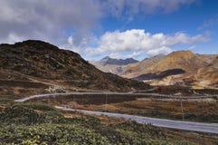 Curvy дорога пропуская через пропуск Jelepla, Dzuluk, Сикким стоковое фото