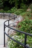 Curvy путь сада с сочными заводами и цветками стоковая фотография rf