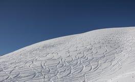 Curvy следы лыжи в снеге Стоковое фото RF