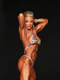 Curvy blonder Bodybuilder lizenzfreie stockfotos