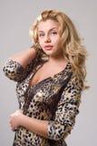 Curvy blondes Mädchen lizenzfreie stockbilder