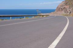 Curvy costal väg i Andalucia arkivbilder