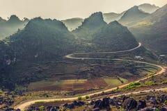 Curvy droga przez góry w mgle zdjęcie royalty free