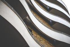 Curvy elegant byggnad med tegelstenfasaden royaltyfri foto