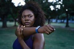Curvy het Afrikaanse vrouw uitrekken zich royalty-vrije stock foto