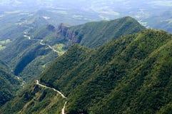 Curvy huvudväg i bergen av Brasilien arkivfoton