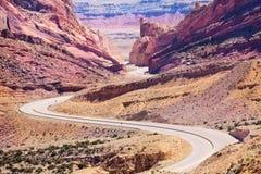 Curvy mellanstatlig väg 70 går till och med Utah USA Arkivbild
