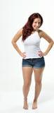 Curvy redheaded kvinna i ärmlös tröja och kortslutningar Arkivbilder