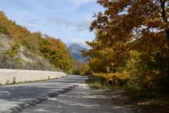 Curvy road in the mountains in Italy Royalty Free Stock Photography